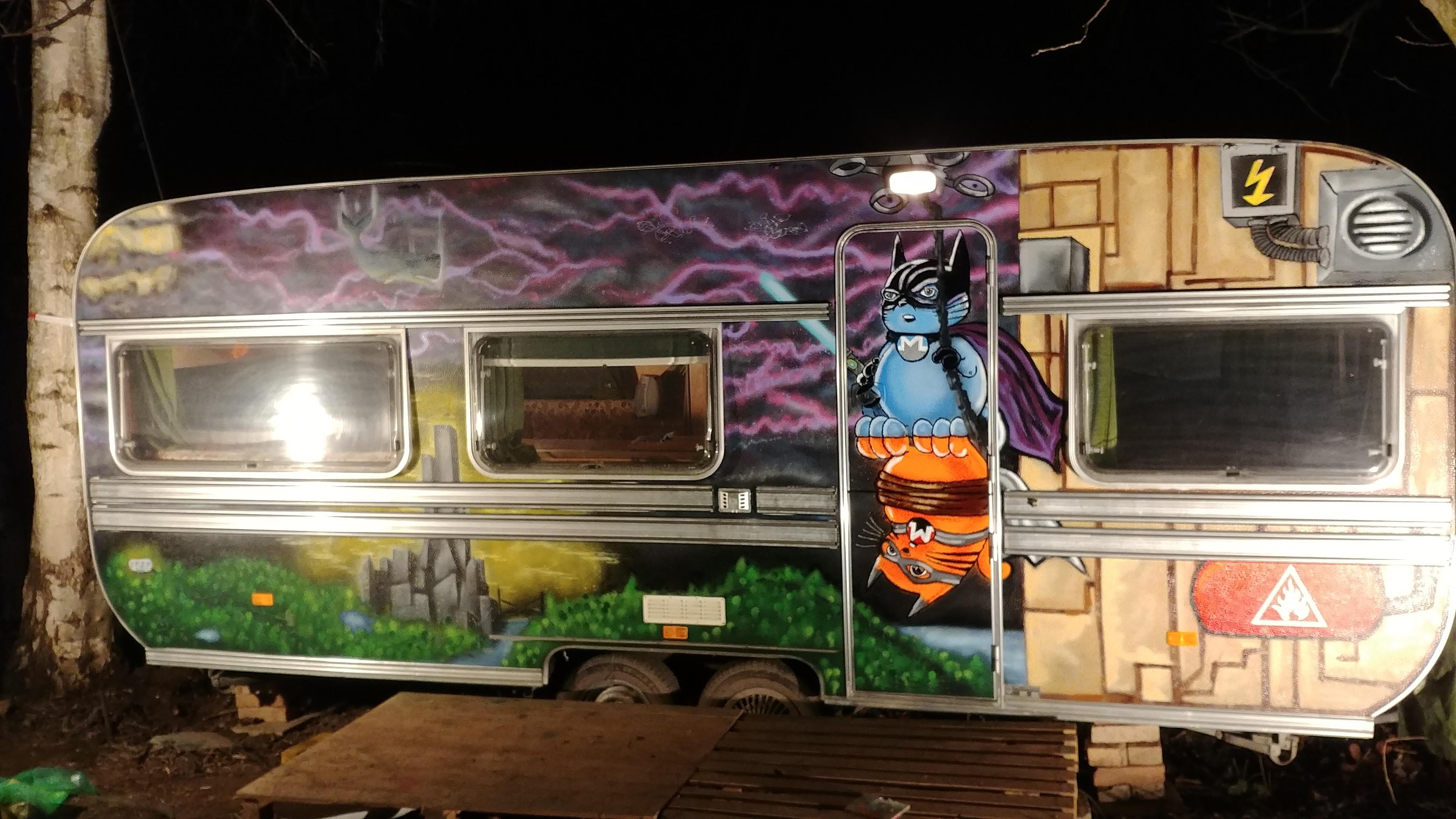Ein schönher Wohnwagen bei Nacht